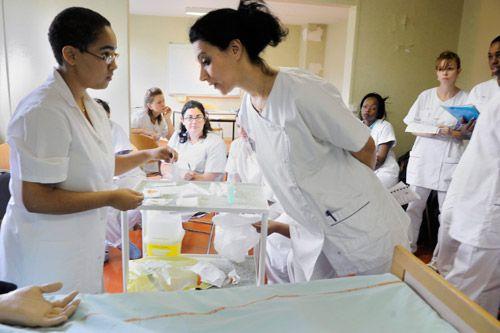 sant u00e9    param u00e9dical   sur le terrain avec les  u00e9l u00e8ves infirmiers