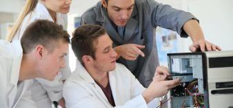 Les écoles d'ingénieurs diversifient les cursus de formation pour élargir les profils de leurs étudiants. //©Goodluz/Adobe Stock