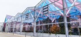 La galerie colorée qui relie les différents bâtiments du campus Artem, symbole de sa transdisciplinarité. //©Artem