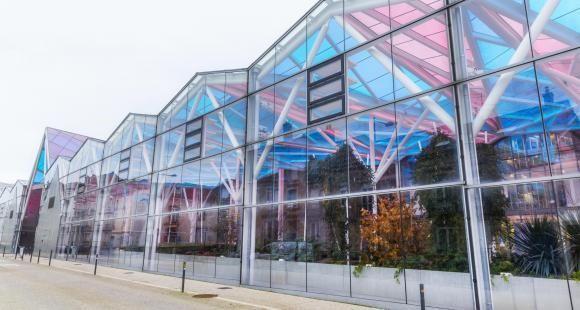 La galerie colorée qui relie les différents bâtiments du campus Artem, symbole de sa transdisciplinarité.