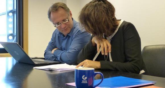Guillaume Pourquié est rattaché au service juridique, dont la responsable est Jeanne Renard.