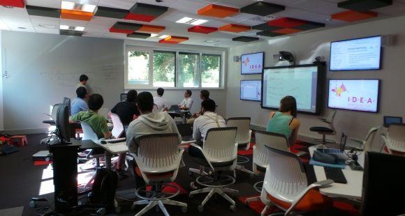Les outils numériques permettent un enseignement à la demande, qui prolonge le temps d'apprentissage. Ici, la salle de codesign du learning lab de l'École centrale et de l'EM Lyon.