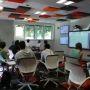 Les outils numériques permettent un enseignement à la demande, qui prolonge le temps d'apprentissage. Ici, la salle de codesign du learning lab de l'École centrale et de l'EM Lyon. //©ECL