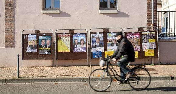 """Panneaux électoraux à Chartres (novembre 2015). Dans le Centre-Val de Loire, seuls trois candidats aux élections régionales 2015 déclarent la profession de """"professeur de faculté""""."""