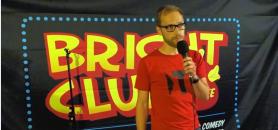 Au Bright Club de Dundee, en 2014, Stephan Köppe explique au public ce que font les Allemands du sandwich britannique. //©Capture d'écran