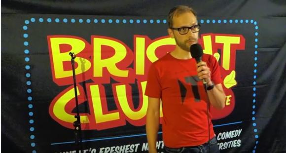 Au Bright Club de Dundee, en 2014, Stephan Köppe explique au public ce que font les Allemands du sandwich britannique.
