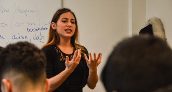 Maëli, enseignante-stagiaire, lors de son cours à ses élèves de seconde.