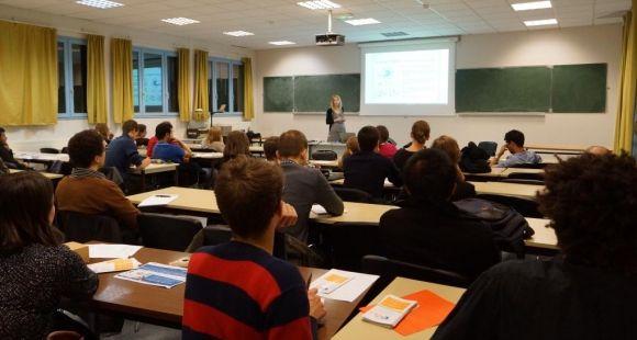 Selon l'OCDE, la France consacre 4,7 % de son PIB aux dépenses publiques pour les établissements d'éducation.