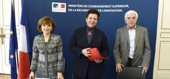 Frédérique Vidal, entourée de Noëlle Lenoir (à gauche) et de Gérard Berry (à droite), présidente et vice-président du comité scientifique et éthique de Parcoursup. //©MESRI/XR Pictures