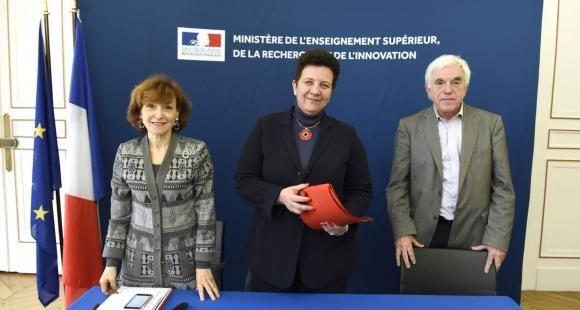 Frédérique Vidal, entourée de Noëlle Lenoir (à gauche) et de Gérard Berry (à droite), présidente et vice-président du comité scientifique et éthique de Parcoursup.