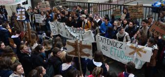 Environ 200 étudiants de l'école se sont rassemblés le 5 avril 2018 devant les locaux de l'école, à Paris. //©Raphaël Forget