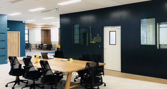L'Occitane a choisi la Cité de l'innovation et des savoirs pour installer Obratori, son centre mondial de l'innovation. Elle y dispose au total de plus de 900 m2.