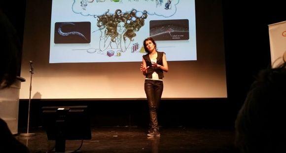 """Charlotte Morin, doctorante à l'université de Strasbourg, lauréate de la finale nationale 2014 de """"Ma thèse en 180 secondes""""."""