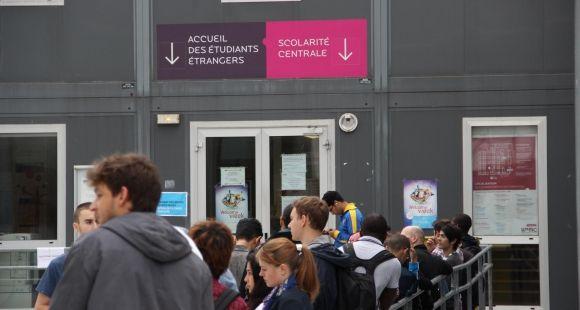 Université Pierre-et-Marie-Curie (septembre 2012) Les nouveaux étudiants font la queue pour valider leurs inscriptions.