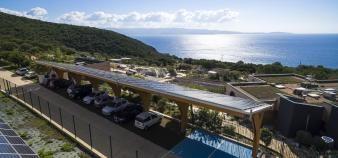 Au centre de recherches scientifiques Georges-Péri à l'université de Corse, des places de parking sont abrités par des ombrières solaires, permettant de recharger les voitures électriques. //©Université de Corse