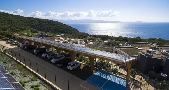 Au centre de recherches scientifiques Georges-Péri à l'université de Corse, des places de parking sont abrités par des ombrières solaires, permettant de recharger les voitures électriques.