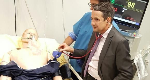 Thierry Mandon ausculte le patient-mannequin connecté du laboratoire iLumens à l'université Paris-Descartes, le 24 mai 2016.