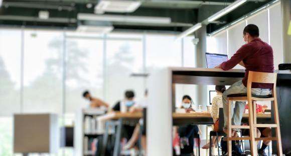 Écoles de commerce : des frais de scolarité trop élevés pour des enseignements à distance ?