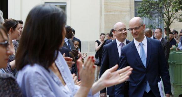 Jean-Michel Blanquer arrive pour la passation de pouvoir avec Najat Vallaud-Belkacem. Derrière lui, Christophe Kerrero, pressenti pour être son directeur de cabinet.