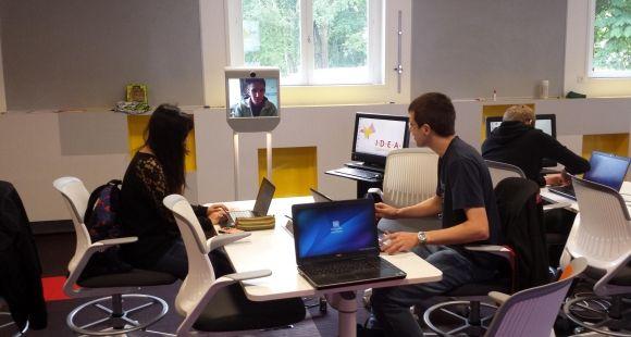 Learning Lab de l'École Centrale et l'EM de Lyon - Le robot de téléprésence Beam permet à des personnes extérieures d'intervenir pendant les cours, comme si elles étaient présentes.