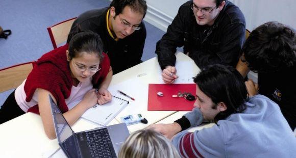 Travail en groupe à la bibliothèque de l'université de technologie Belfort-Montbéliard