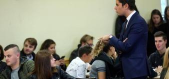 Depuis octobre 2018, Gabriel Attal, secrétaire d'État auprès du ministre de l'Éducation nationale et de la Jeunesse, multiplie les rencontres avec les jeunes pour présenter le Service national universel. //©Franck CRUSIAUX/REA