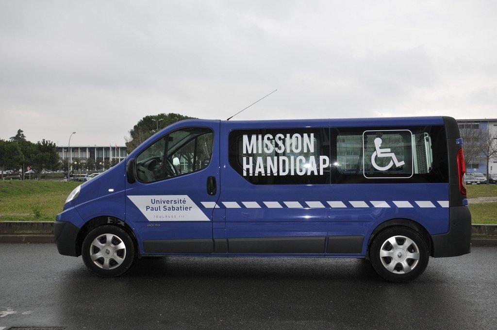 Un service de minibus assure les déplacements des personnes handicapées sur le campus / ©UPS //©UPS