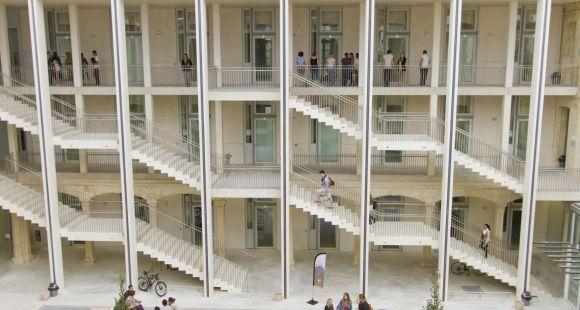 Le site Hoche est le dernier-né des campus de l'université de Nîmes. Il a ouvert en 2013 dans les locaux de l'ancien CHU.