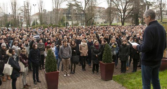 """Université de Bordeaux - Rassemblement avant la minute de silence suite à l'attentat contre """"Charlie Hebdo"""" Janvier 2015"""
