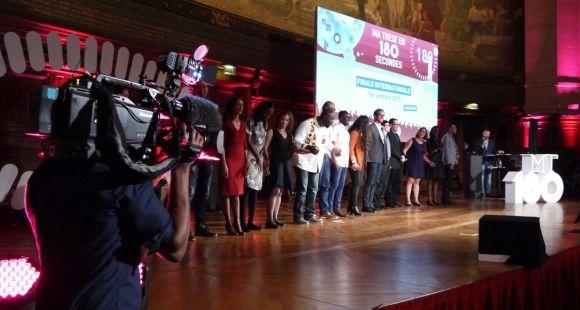 "Les seize finalistes de l'édition internationale 2015 de ""Ma thèse en 180 secondes"". //©Morgane Taquet"