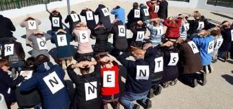 Des enseignants du lycée Jean Perrin de Nantes ont décidé de se mettre à genoux pour protester contre l'injonction du rectorat d'arrêter leur mouvement de protestation //©Le collectif opposé aux réformes Blanquer et Parcoursup du lycée Jean Perrin de Nantes