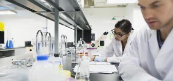 Les chercheurs qui ont le plus publié durant leur thèse sont ceux qui reviennent le plus rapidement en France. //©plainpicture/Hero Images