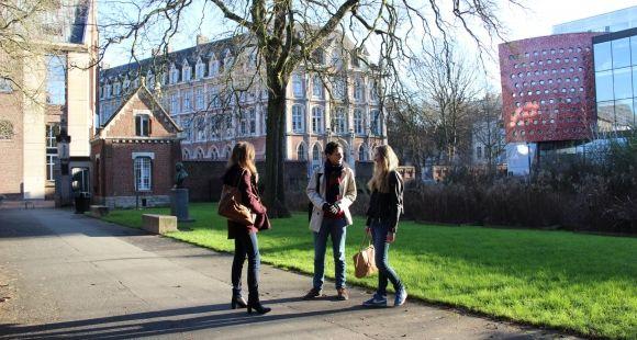 Étudiants sur le campus de l'université catholique de Lille - janvier 2015
