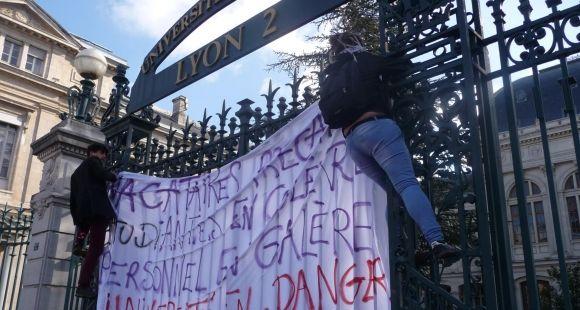 Manifestation d'enseignants vacataires devant Lyon 2, jeudi 5 mars 2015