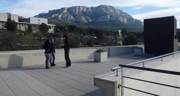 Polytech Marseille - etudiants sur la terrasse de la cafet - campus de Luminy - ©S.Blitman