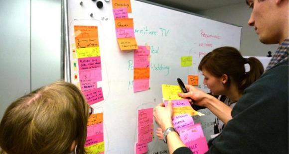 Séance de brainstorming où les élèves partagent leurs observations sur le terrain - Design thinking - d.school 2013