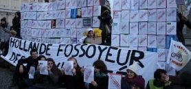 Fin de la manifestation du 11 décembre 2014 à Paris, avec l'édification au Panthéon d'un mur de la précarité par les étudiants, les enseignants et les chercheurs. //©Camille Stromboni