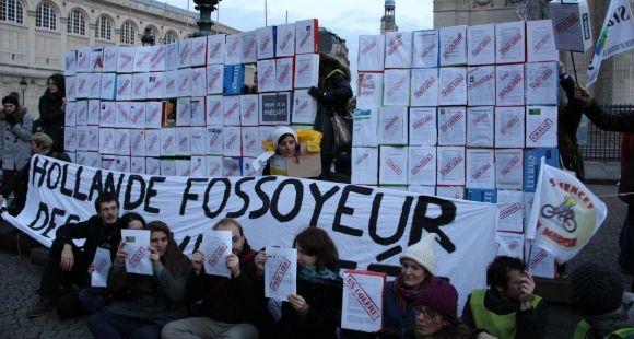 La manifestation parisienne des universitaires le 11 décembre s'est terminée au Panthéon, avec un mur de la précarité dressé par les étudiants, les enseignants et les chercheurs.