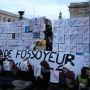 La manifestation parisienne des universitaires le 11 décembre s'est terminée au Panthéon, avec un mur de la précarité dressé par les étudiants, les enseignants et les chercheurs. //©Camille Stromboni