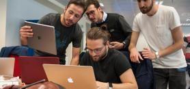 Quatre élèves de la Developer Academy d'Apple, à Naples, qui travaillent sur un projet en commun. //©Apple