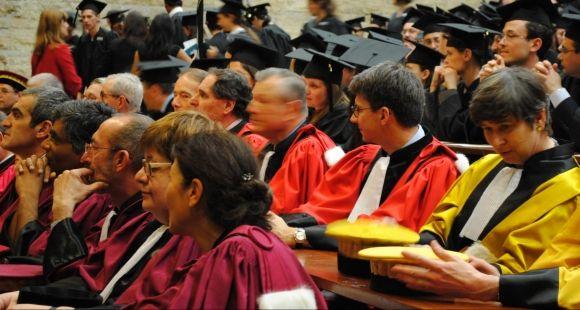Enseignants-chercheurs et doctorants lors de la cérémonie de remise des diplômes de Sorbonne universités (mai 2011)