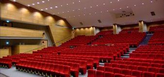 Inauguré en 1960, l'amphithéâtre a été rénové en 2009. Les fauteuils, plus confortables, et l'éclairage, entièrement revu, ont amélioré la qualité des projections. //©UNICAEN