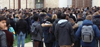 Les étudiants et personnels de Paris-Est-Marne-la-Vallée se sont réunis pour rendre hommage aux deux enseignants tués lors des attentats à Paris, au Bataclan. //©Camille Stromboni