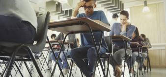 Désormais, les établissements du supérieur réfléchissent aux conditions des examens à distance. //©PLAIN PICTURE / DEEPOL