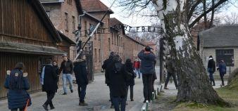 Formation des enseignants à l'histoire de la Shoah : professeurs à l'entrée du camp d'Auschwitz //©Isabelle Dautresme
