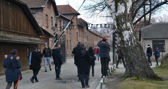 Formation des enseignants à l'histoire de la Shoah : professeurs à l'entrée du camp d'Auschwitz