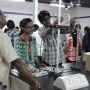 Les étudiants de Mahindra Ecole Centrale en travaux pratiques. //©Delphine Dauvergne