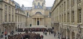 Le hashtag #universitédebout se transforme en outil de rassemblement pour la minute de silence du 16 novembre.