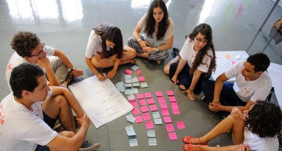 Dès la rentrée de première année, les étudiants d'Audencia sont invités à se projeter dans le monde du travail en explorant des sujets soumis par de grands groupes. //©Audencia BS