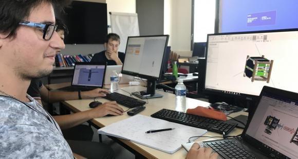 Centre spatial européen, étudiant devant satellite 3D